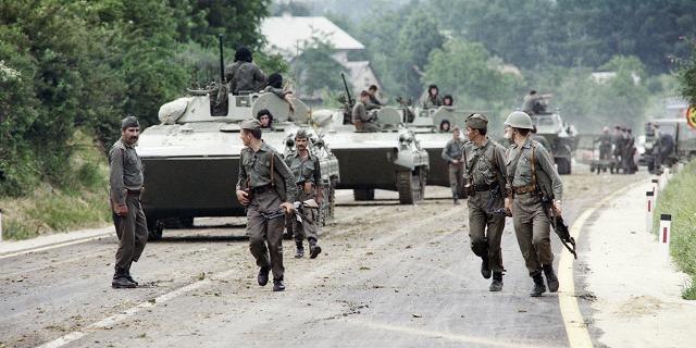 Jugoslawische Truppen an der Kroatisch-Slowenischen Grenze im Juli 1991.