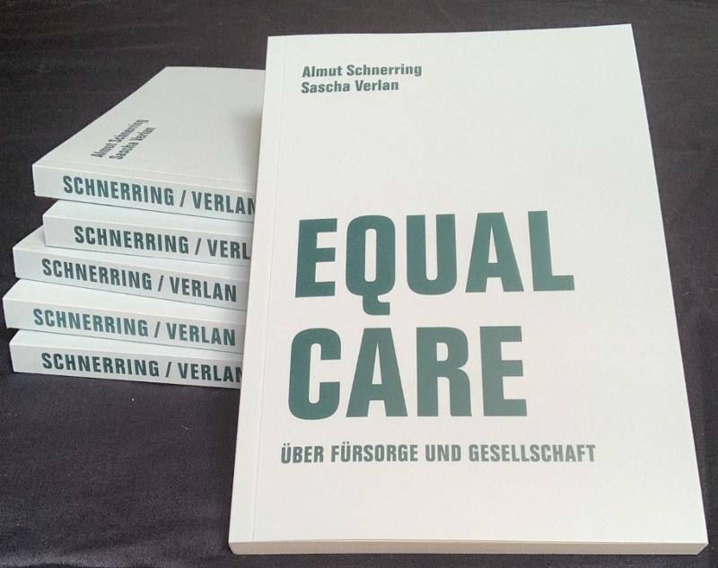 """Bücherstapel von Exemplaren des Buchs """"Equal Care"""""""