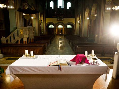 Eine leer katholische Kirche vom Altar aus fotografiert