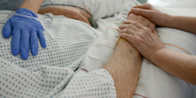 Pflegerinnen am Krankenbett