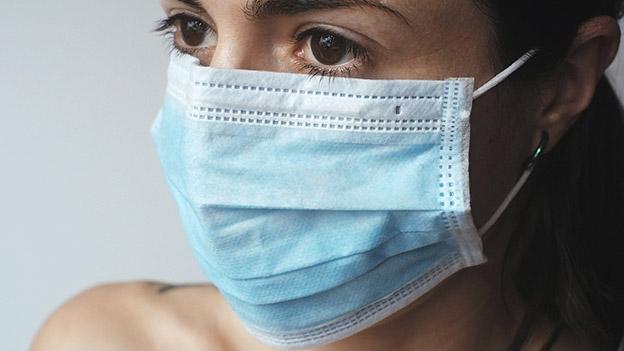Frau mit Mundschutzmaske