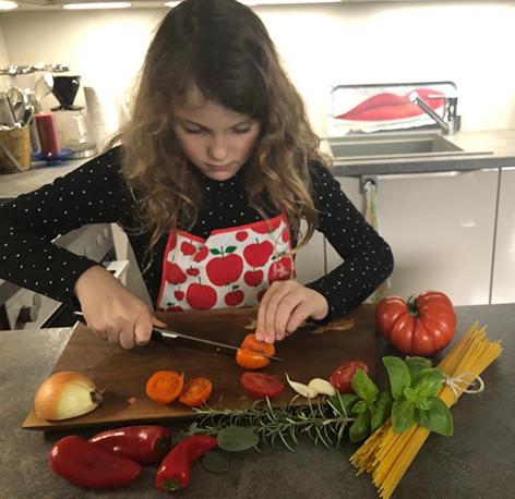 Clemens' Tocherter beim Kochen