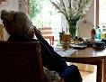 ältere Frau im Wohnzimmer