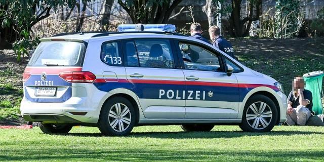 Polizeikontrolle im Park