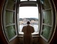 Papst Franziskus am Fenster während des Angelus-Gebets