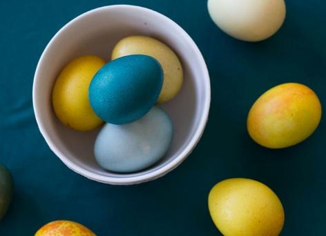 Blaue und gelbe natürlich gefärbte Ostereier