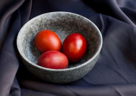 Mit Zwiebelschalen gefärbte rote Ostereier