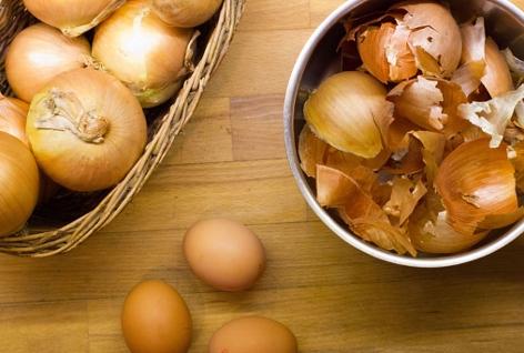 Zwiebeln, Zwiebelschalen und Eier