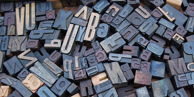 Buchstabenstempel aus Holz