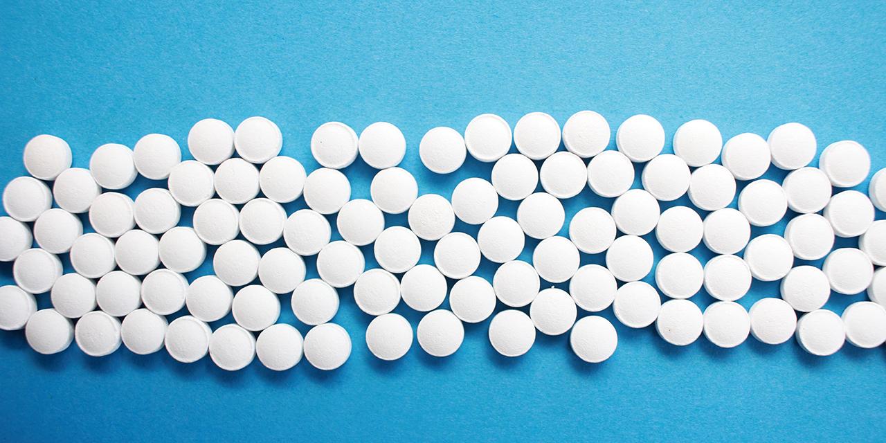 weiße Tabletten auf hellblauem Hintergrund