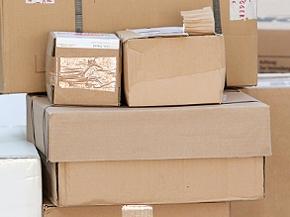 Pakete in einer DHL-Zustellbasis