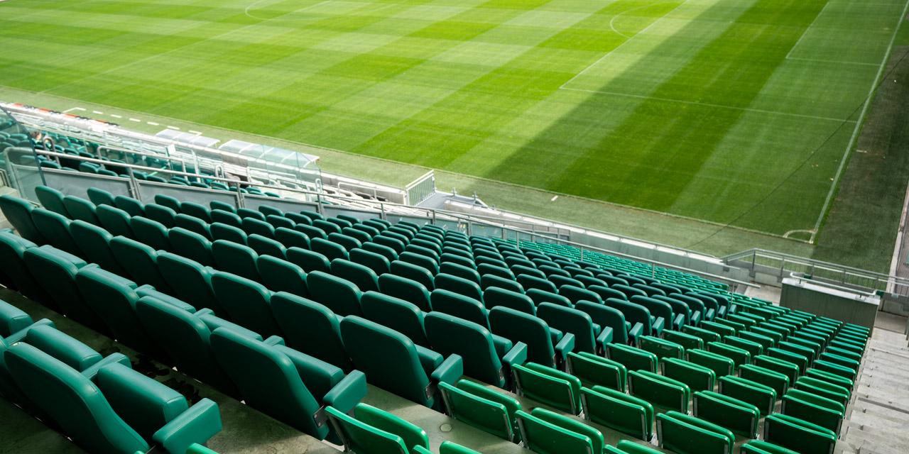 Leere Sitzreihen in Fußballstadion