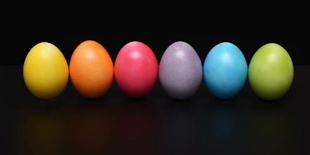 Oster Eier vor schwarzem Hintergrund