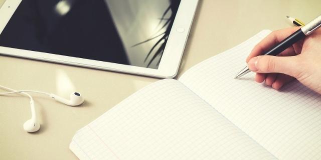Tablet und Notizbuch