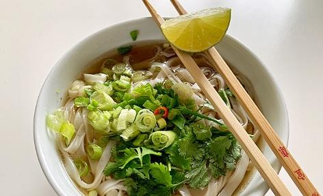 Schüssel mit Pho, einer vietnamesischen Suppe