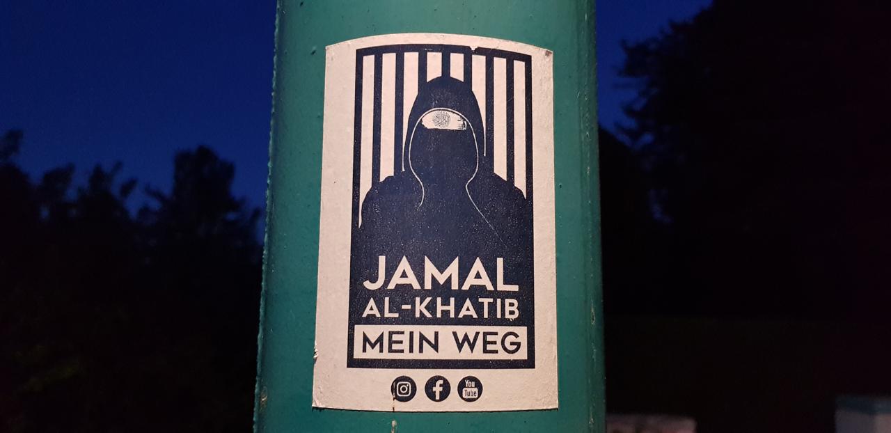 """Sticker auf einem Pfahl: """"Jamal al-Khatib - Mein Weg"""""""