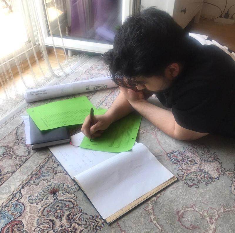 PROSA Schüler Jawad Mirsai beim Lernen zuhause