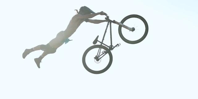 Stevie Schneider springt nackt mit Mountainbike