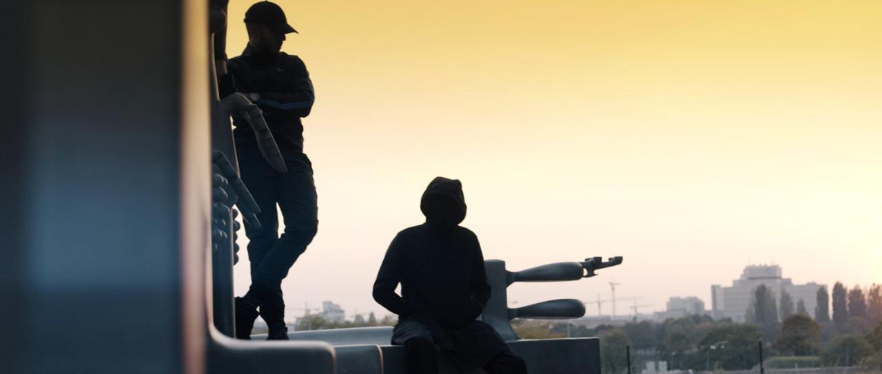 Zwei junge Männer im Sonnenuntergang