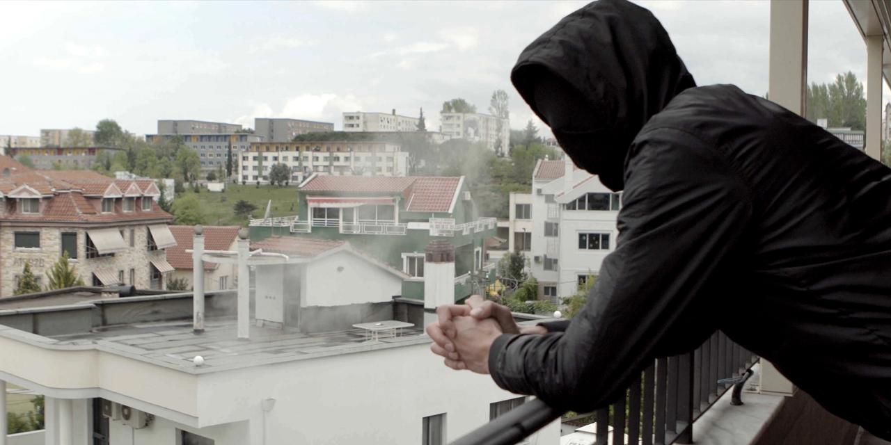 Junger Mann in einer Wohnbausiedlung