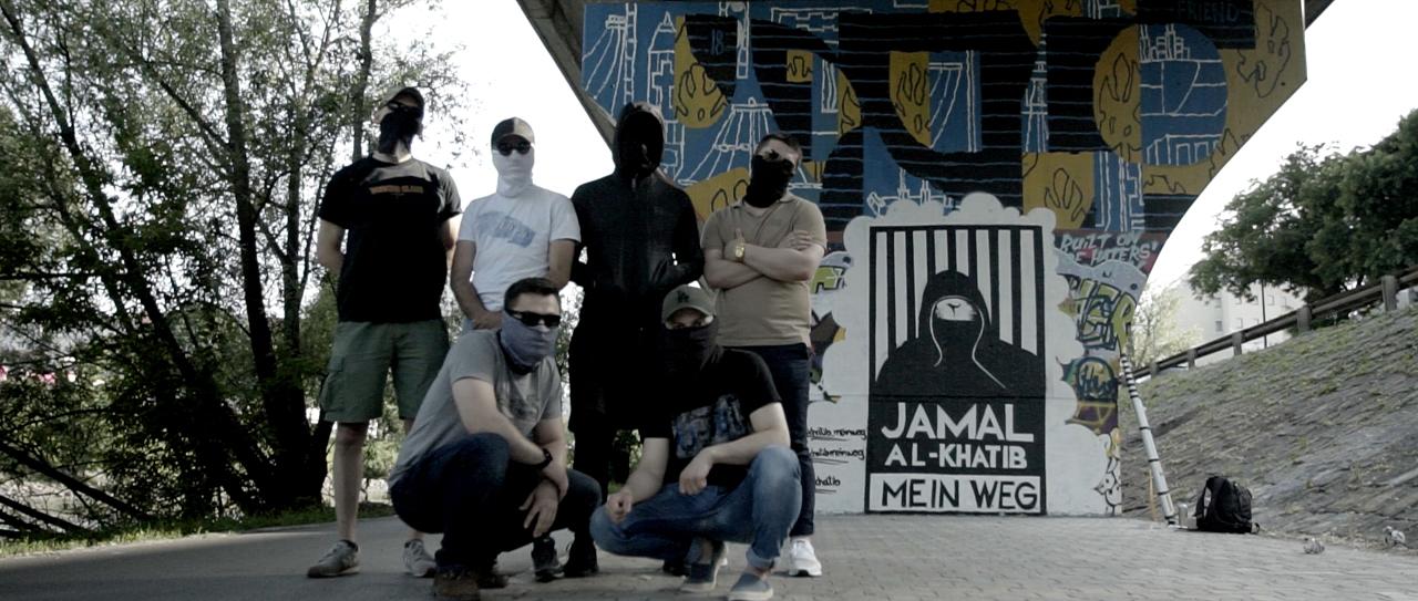 Sechs junge Männer unter einer Brücke mit Graffiti