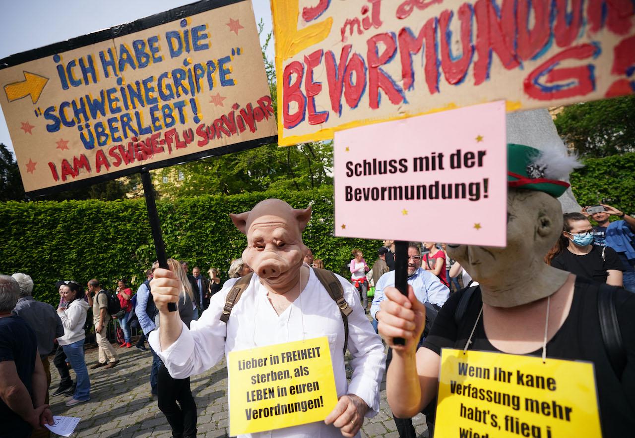 Demo der Initiative für evidenzbasierte Corona-Informationen (ICI): Kundgebungsteilnehmer am Albertinaplatz