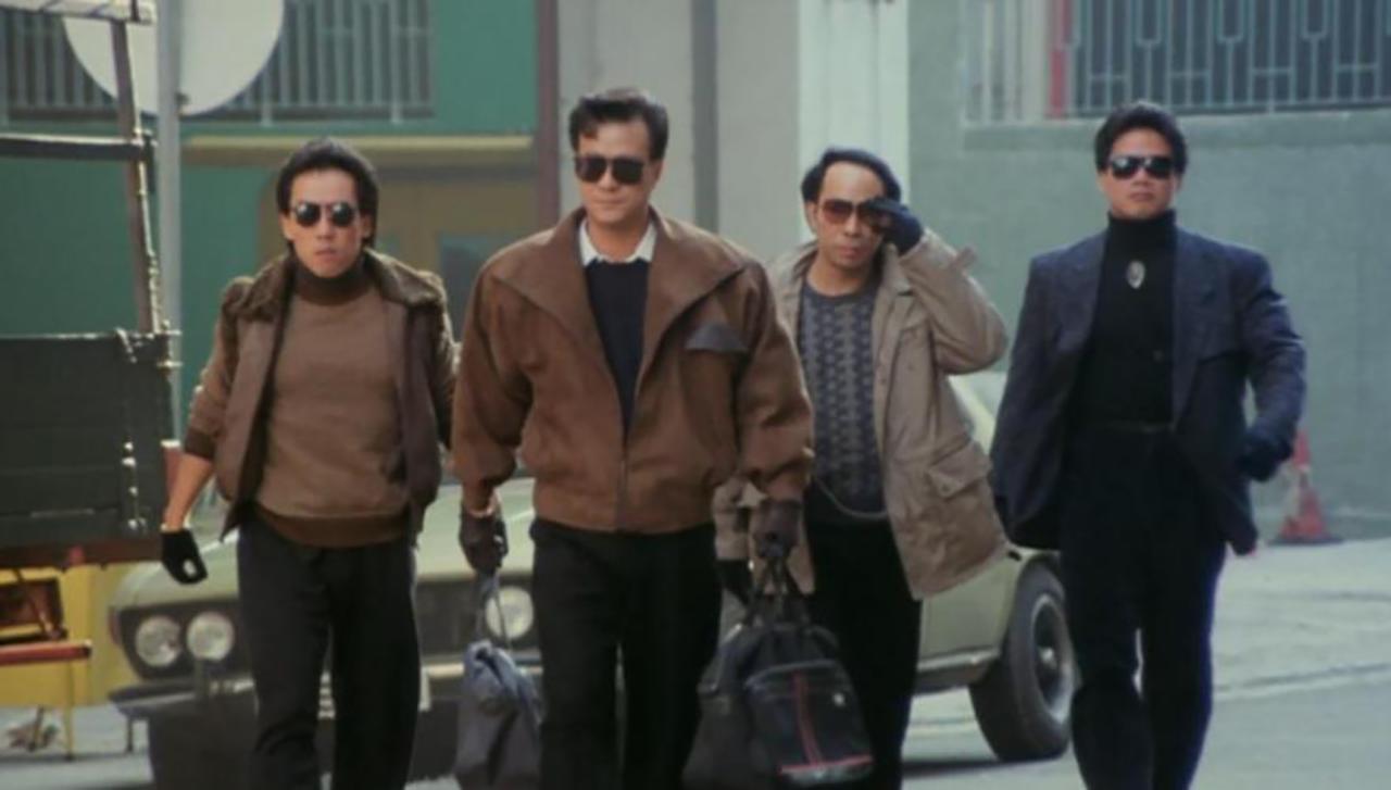 Männer mit Sonnenbrillen gehen auf etwas zu