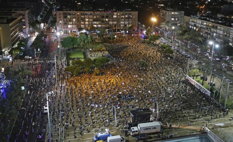 Menschen versammeln sich in Israel mit Sicherheitsabstand auf einem Platz