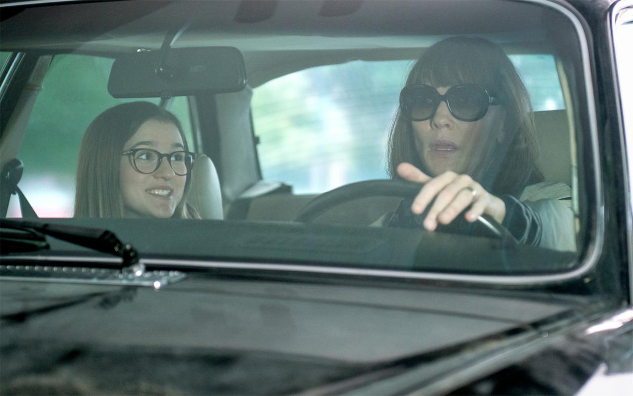 Frau und Mädchen sitzen in einem Auto