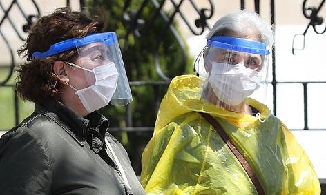 zwei Frauen mit Maske und Gesichtsschild