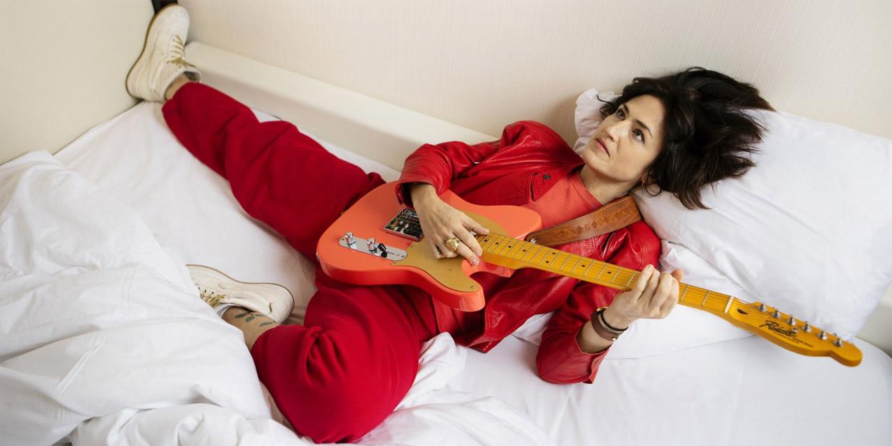Joan as a Police Woman im Bett mit E-Gitarre