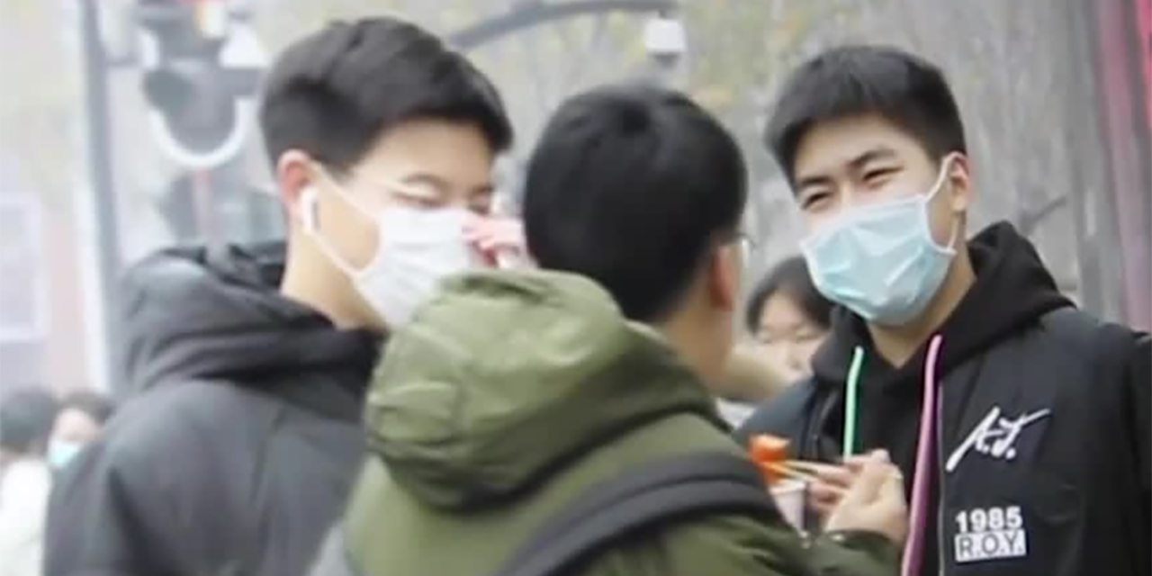 3 Personen mit Masken