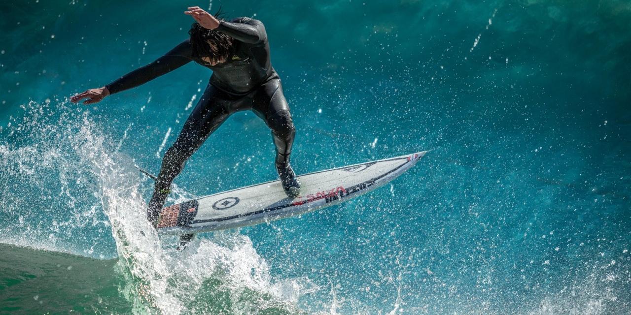 Surfer auf der Flusswelle in Ebensee