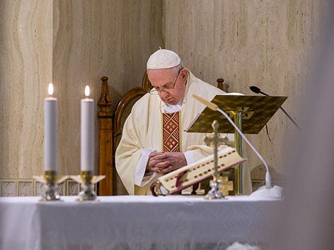 Papst Franziskus bei einer Messe allein