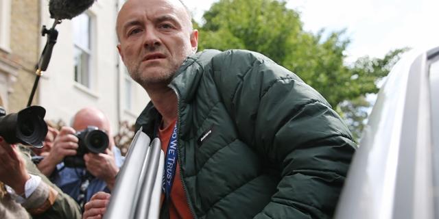 Dominic Cummings steigt in sein Auto, bedrängt von Journalist*innen