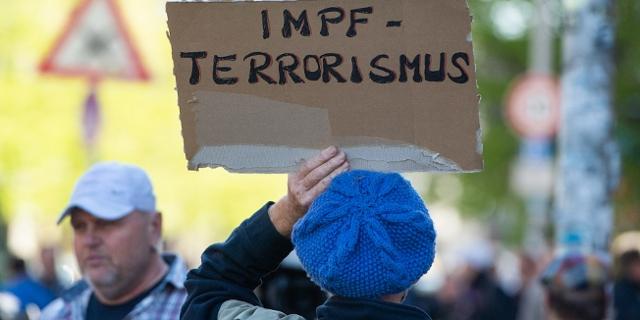 """Demonstrant mit Schild """"Impfterrorismus"""""""