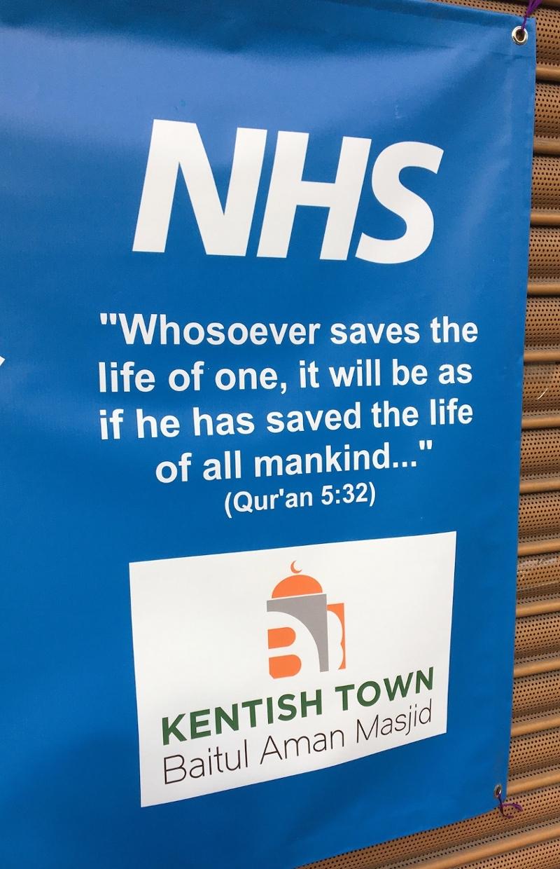 NHS Plakat mit Koran-Zitat am Eingang einer Moschee in Kentish Town