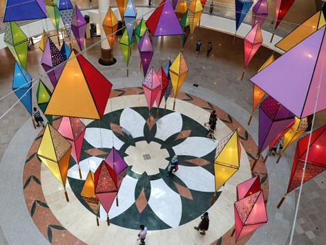 Bunte Lampen zu Id al-Fitr in einem Kaufhaus in Malaysia