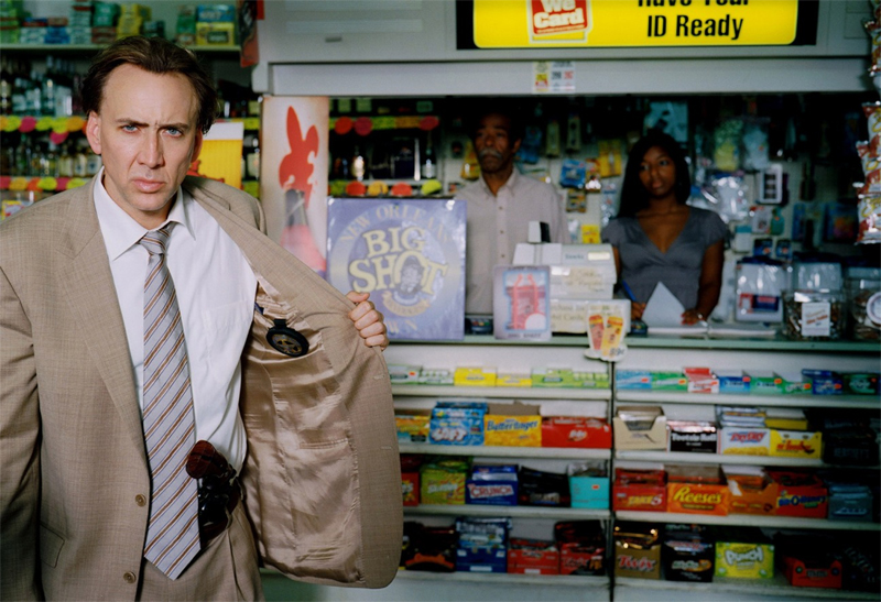"Cage in ""Bad Lieutenant: Port of Call New Orleans"", bewaffnet vor einem Kiosk"