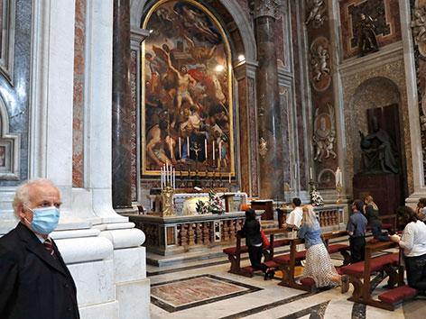 Die wieder geöffnete Peterskirche in Rom