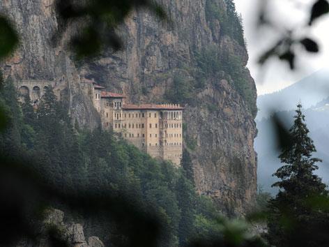 Das direkt an einen Felsen gebaute orthodoxe Kloster Sumela im Nordosten der Türkei.