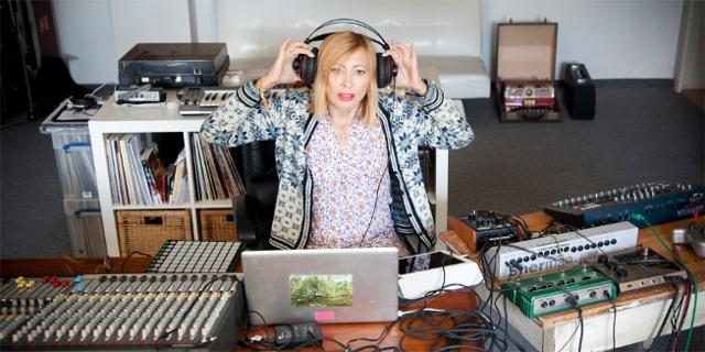 Gudrun Gut im Produktionsstudio