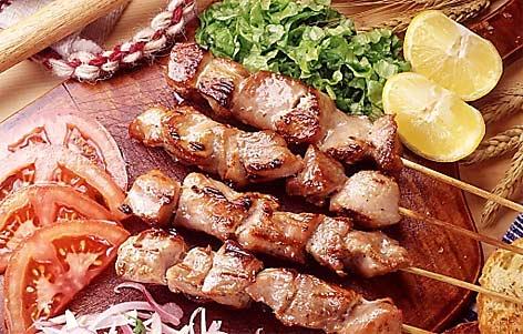 Gegrillte Fleischspieße auf einem Brett