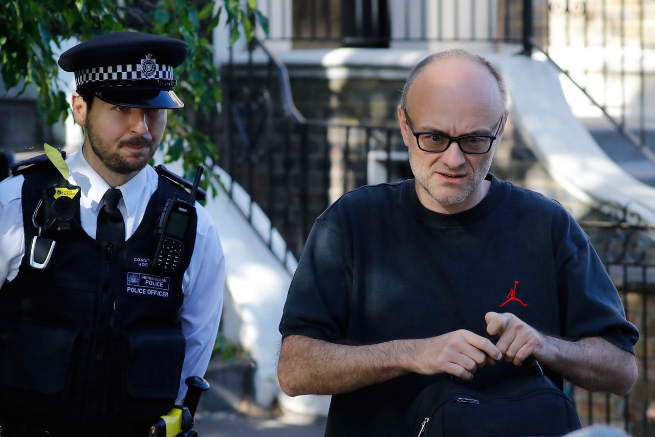 Dominic Cummings mit Polizistem