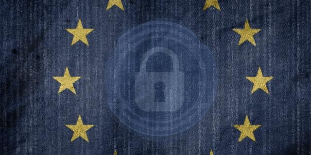 EU-Fahne mit Vorhängeschloss und Datenstrom