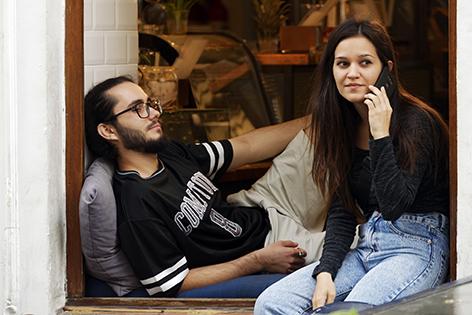 Mann und Frau in Café
