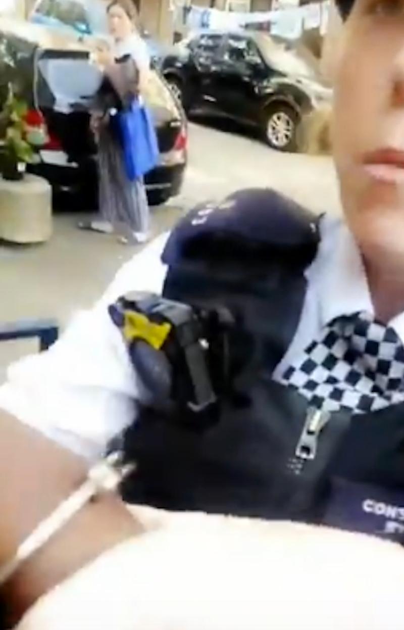 Polizistin legt Handschellen an