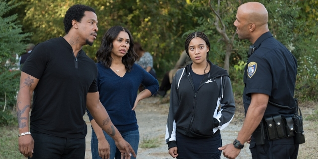 """Filmstill aus """"The Hate U Give"""": Starr Carter, gespielt von Amandla Stenberg, mit ihren Eltern und dem Polizistenonkel."""