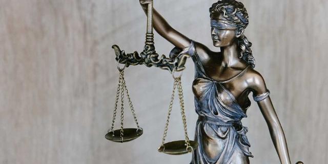 Justitia, Göttin der Gerechtigkeit, mit einer Waage in der Hand