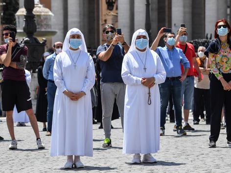 Petersplatz Gläubige mit Masken